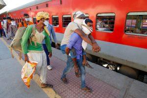احمدآباد سے آگرہ کو لوٹتے مزدور(فوٹو: پی ٹی آئی)
