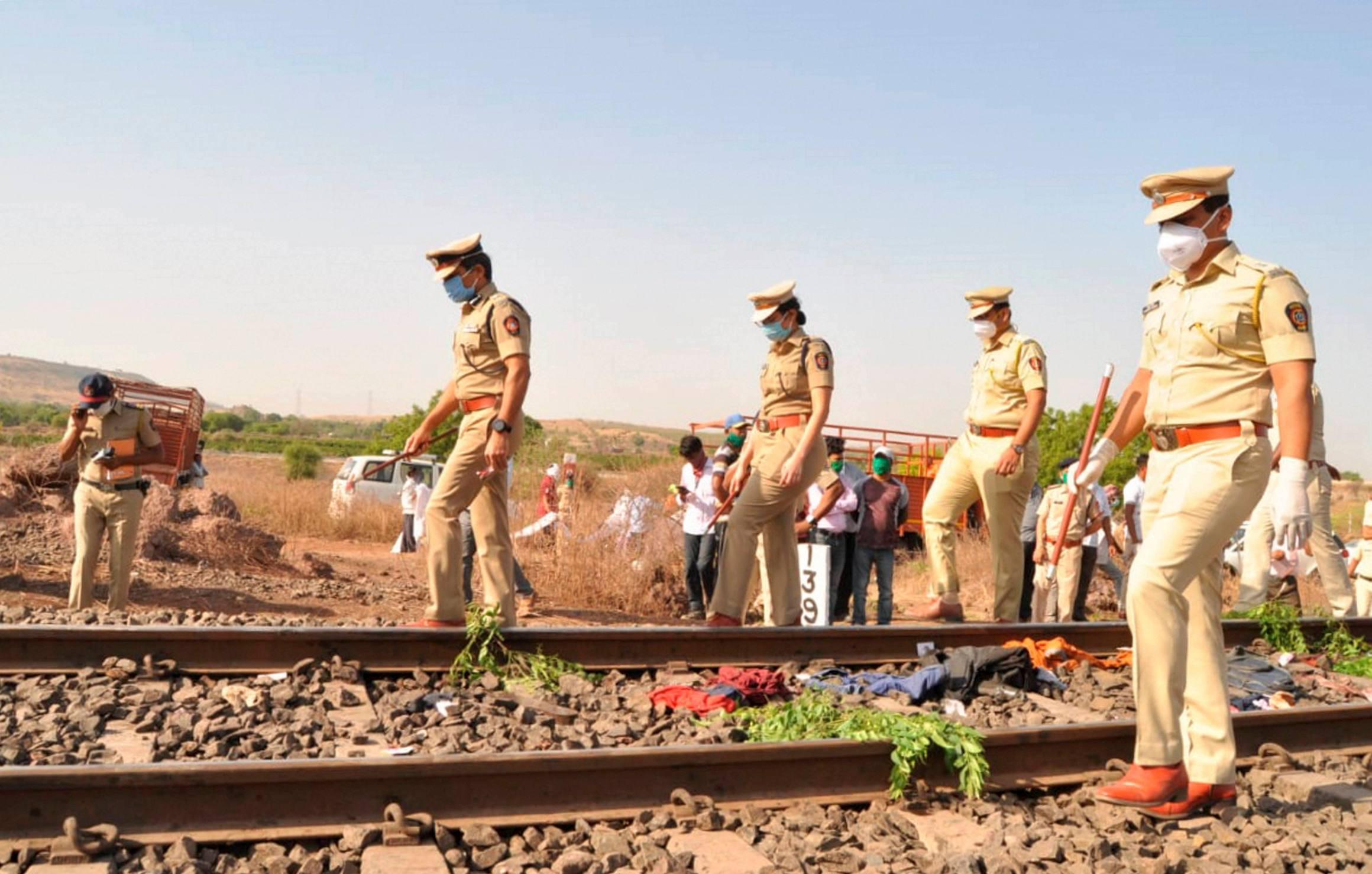 اورنگ آباد ضلع میں ریلوے ٹریک پر ہوئی مزدوروں کی موت کے بعد جانچ کرتی پولیس۔ (فوٹو: پی ٹی آئی)