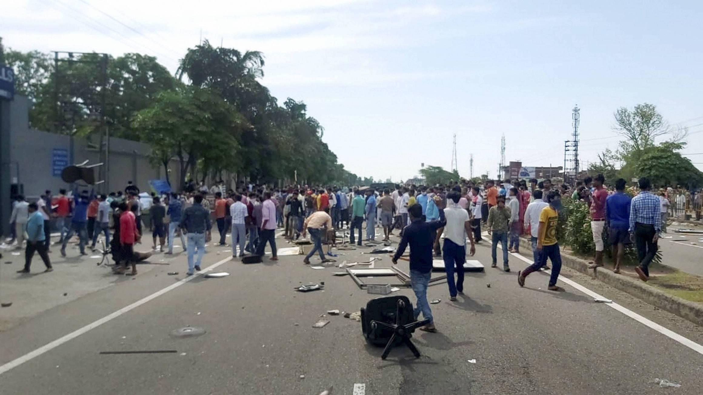 کٹھوعہ میں مزدوروں کا مظاہرہ۔ (فوٹو: پی ٹی آئی)