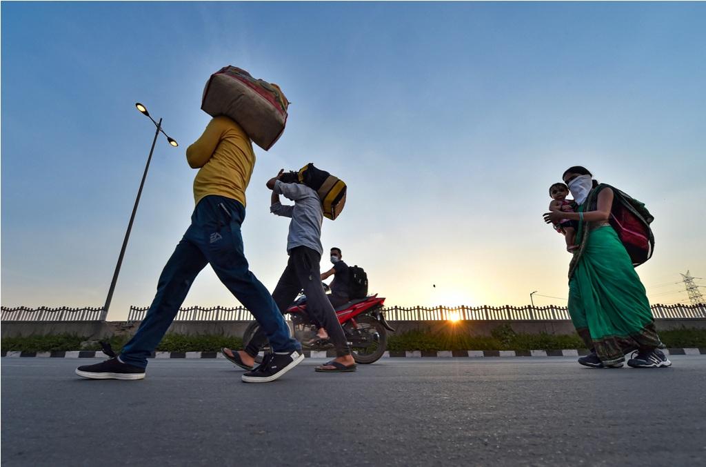 لاک ڈاؤن کے دوران پیدل جاتے مزدور۔(فوٹو: پی ٹی آئی)