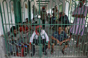 لاک ڈاؤن کے دوران ہاوڑہ کے ایک شیلٹر ہوم میں بےگھر لوگ(فوٹو: رائٹرس)