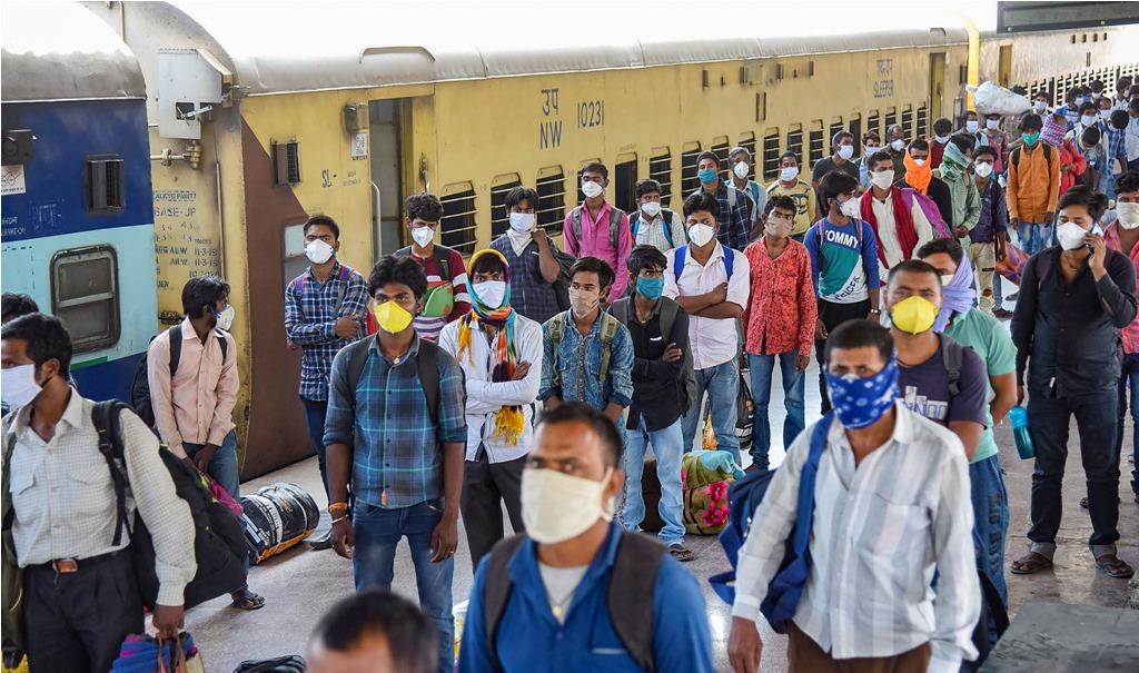 شرمک اسپیشل ٹرین سے داناپور پہنچے بہار کے مزدور۔ (فوٹو: پی ٹی آئی)
