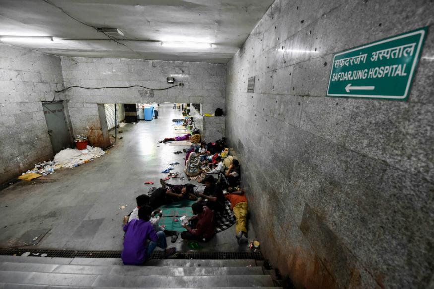 دہلی کے ایمس سے ڈسچارج ہوئے کئی مریض اور ان کے ساتھ آئے اہل خانہ لاک ڈاؤن کے دوران ہاسپٹل کے پاس بنے سب وے میں رہ رہے ہیں۔ (فوٹو: پی ٹی آئی)