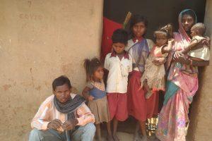 مبینہ طور پر بھوک سے مرنے والی پانچ سالہ بچی کےاہل خانہ۔ (فوٹو: ٹوئٹر/@roadscholarz)