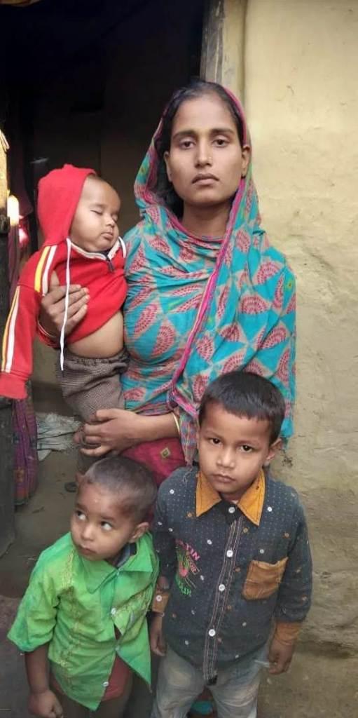صغیر کی بیوی شاہدہ اور انکے بچہ۔ (فوٹو: Special Arrangement)