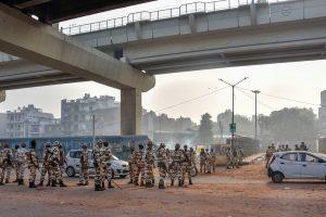 فروری میں ہوئےتشدد کے دوران موج پور میٹرو اسٹیشن کے پاس تعینات سیکورٹی فورس۔ (فائل فوٹو: پی ٹی آئی)