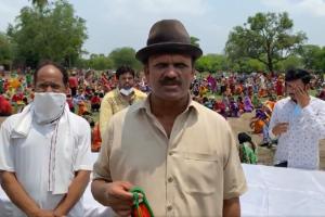 مرکزی وزیر نریندر سنگھ تومر کی سالگرہ کے موقع پر اناج بٹوارہ کے دوران سابق بی جے پی ایم ایل اے سدرشن گپتا۔ (اسکرین شاٹ : @Sudarshanguptaa)