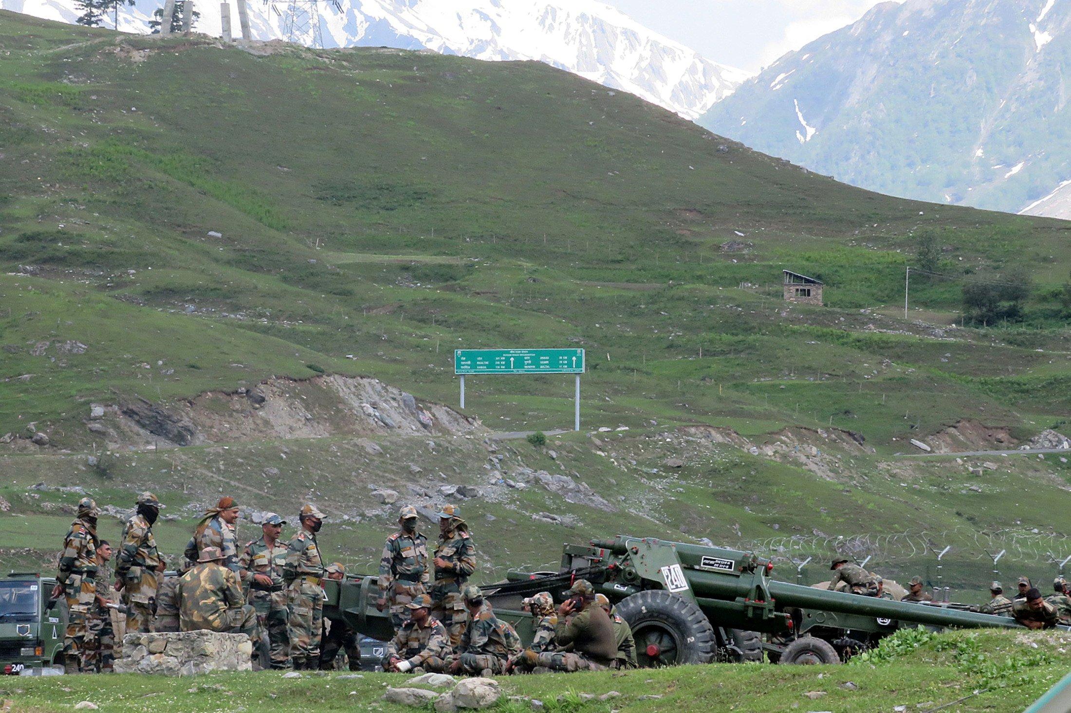 لداخ کے پاس بالٹال میں ایک عارضی کیمپ کے پاس موجودہندوستانی فوج۔ (فوٹو: رائٹرس)
