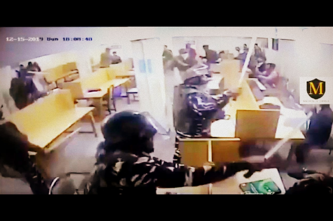 جے سی سی کی جانب سےجاری سی سی ٹی وی فوٹجد مں پولسض اہلکار لائبریری مںھ بٹھے طلبا کو لاٹھی سے مارتے دکھ رہے تھے۔ (بہ شکریہ: ٹوئٹر/ویڈیوگریب)