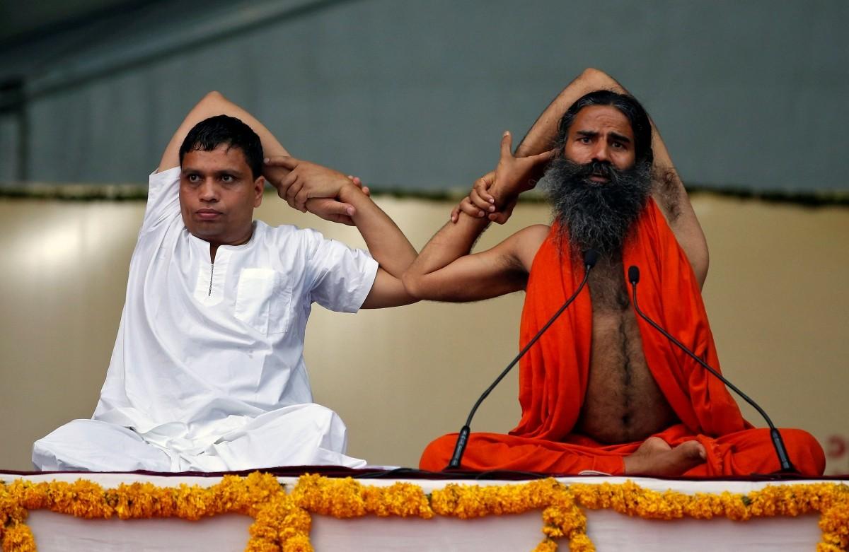 بابا رام دیو اور آچاریہ بال کرشنن۔ (فوٹو: رائٹرس)
