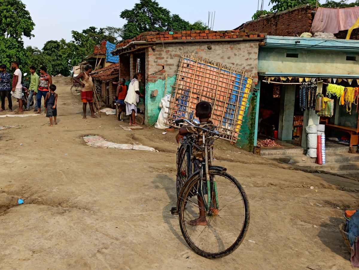ہندوستان کی طرف سے باندھ پر بنائے گئے گھر۔