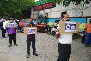 صحافی ترون سسودیا کے لیے انصاف کی مانگ کرتے ہوئے نئی دہلی میں پریس کلب پر مظاہرہ کرتے صحافی۔ (فوٹو: اسپیشل ارینجمنٹ)