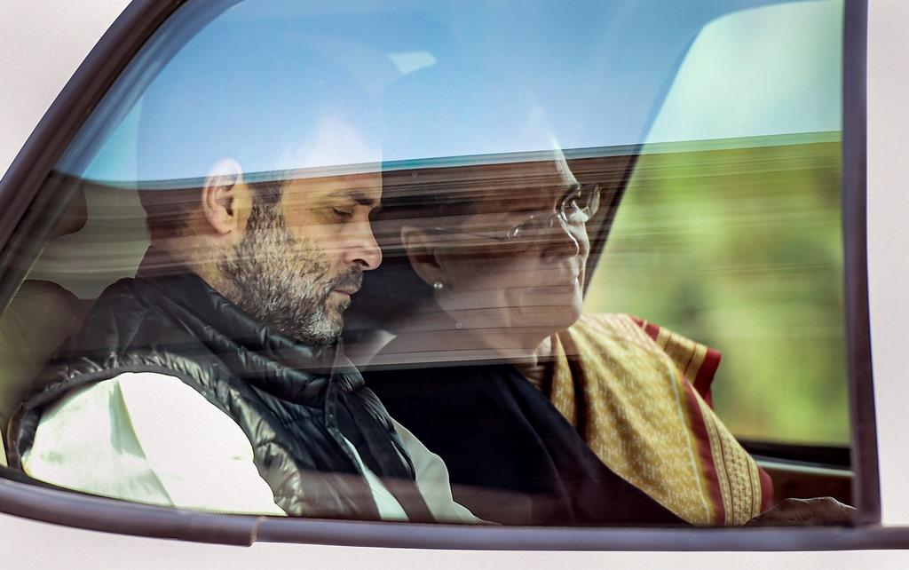 راہل گاندھی اور سونیا گاندھی۔ (فوٹو: پی ٹی آئی)