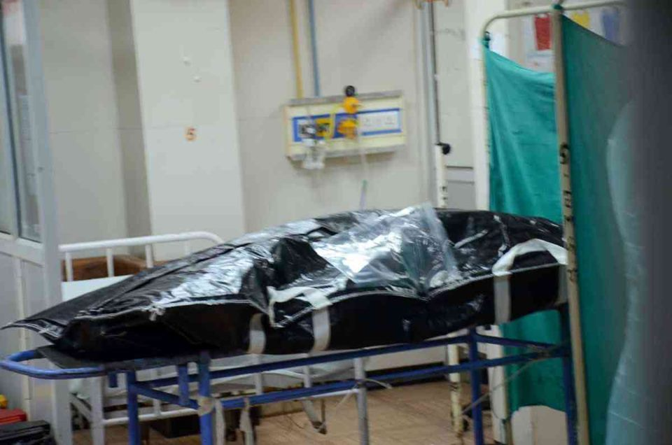 ہاسپٹل میں وکاس دوبے کی لاش۔ (فوٹو: پی ٹی آئی)