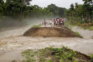 آسام کے برپیٹا ضلع کے پاٹھ شالا میں باندھ کے پاس کھڑے لوگ۔ (فوٹو: پی ٹی آئی)