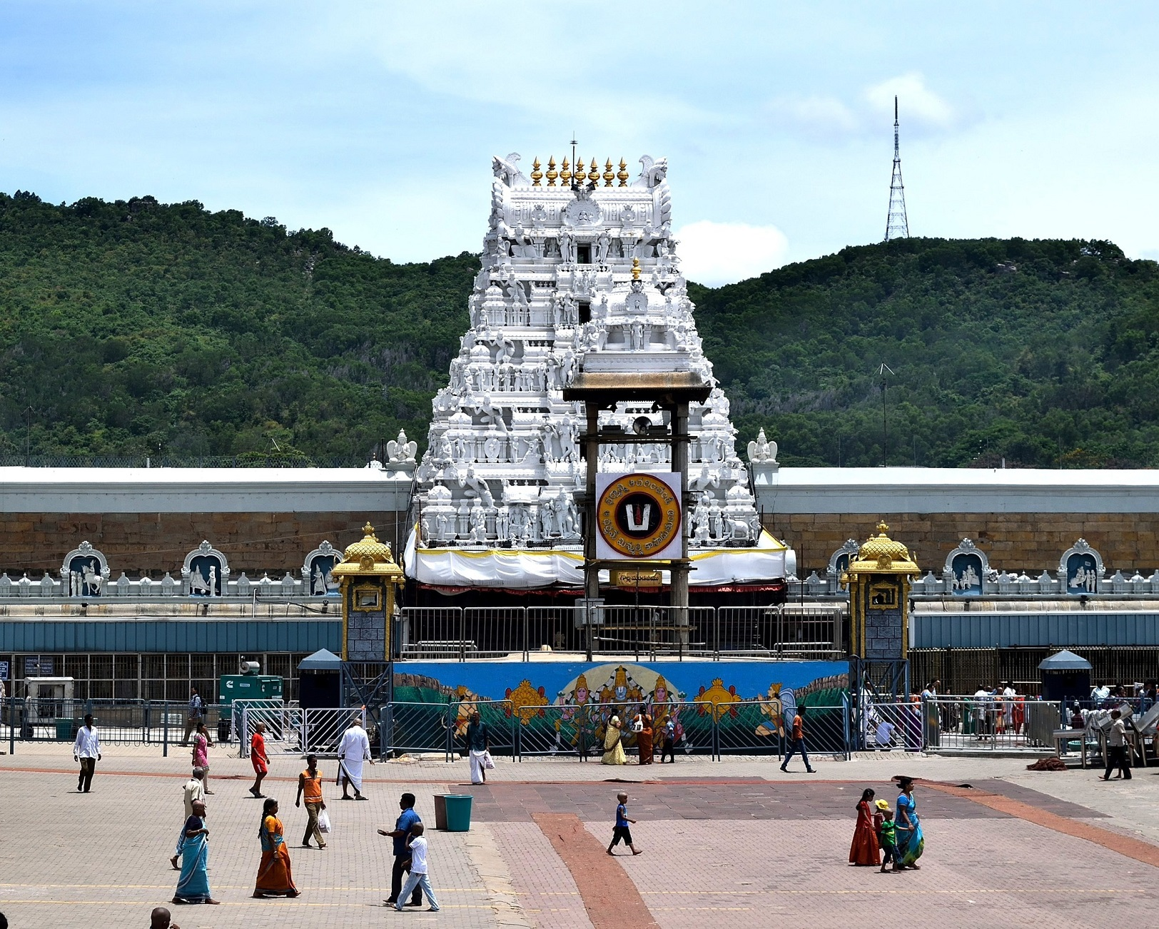 آندھراپردیش کے چتور ضلع کے تروپتی میں واقع تروپتی بالاجی مندر(فوٹو: وکی پیڈیا)