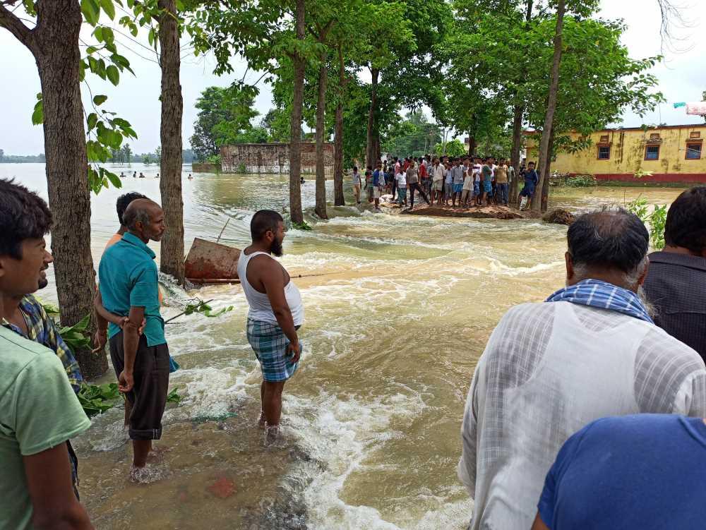 سرنی کرماوا میں سڑک پر بہہ رہا پانی۔ (تمام فوٹو: ابھینو پرکاش)
