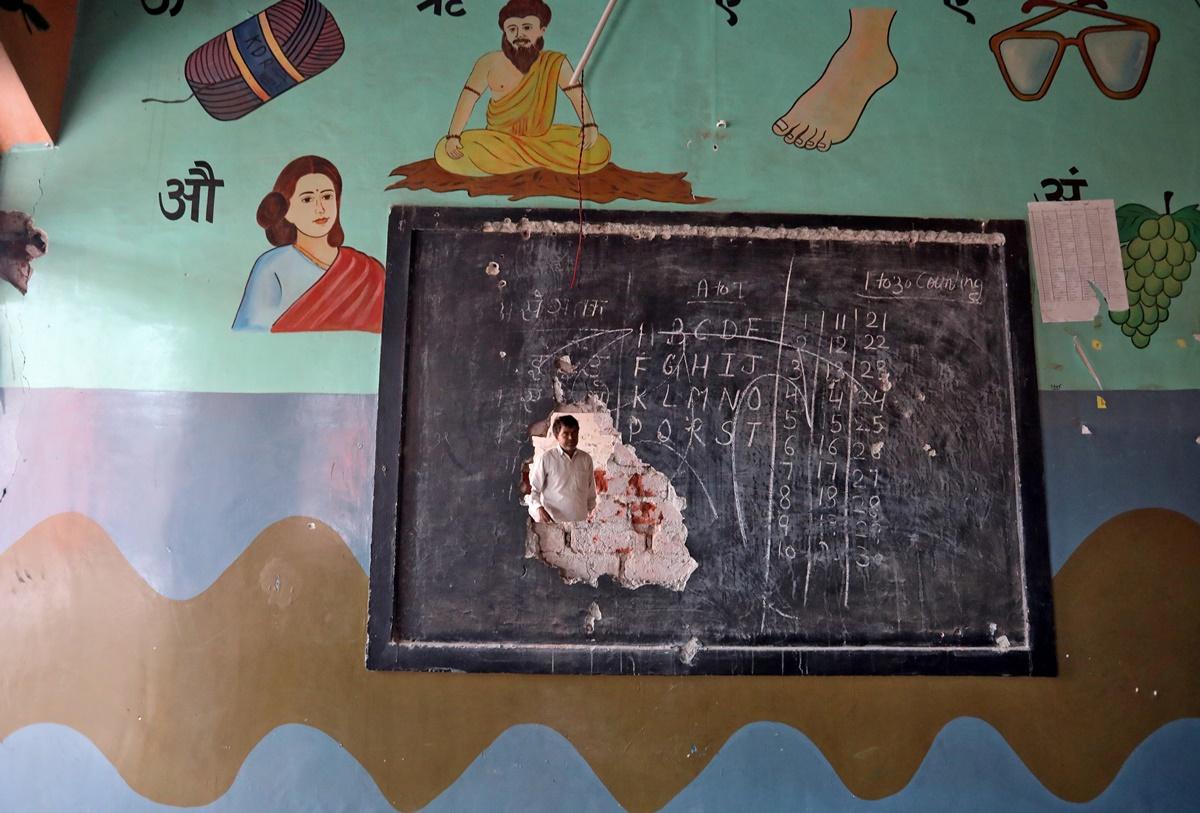 تشدد کے بعد ایک اسکول۔ (فوٹو: رائٹرس)