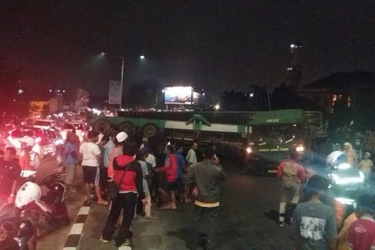 Truk Kontainer Terguling Di Bekasi Lalu Lintas Macet 1 Km