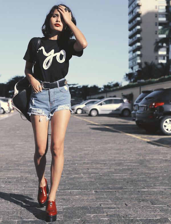 denim-shorts-street-style-red-mule-black-t-shirt-casual