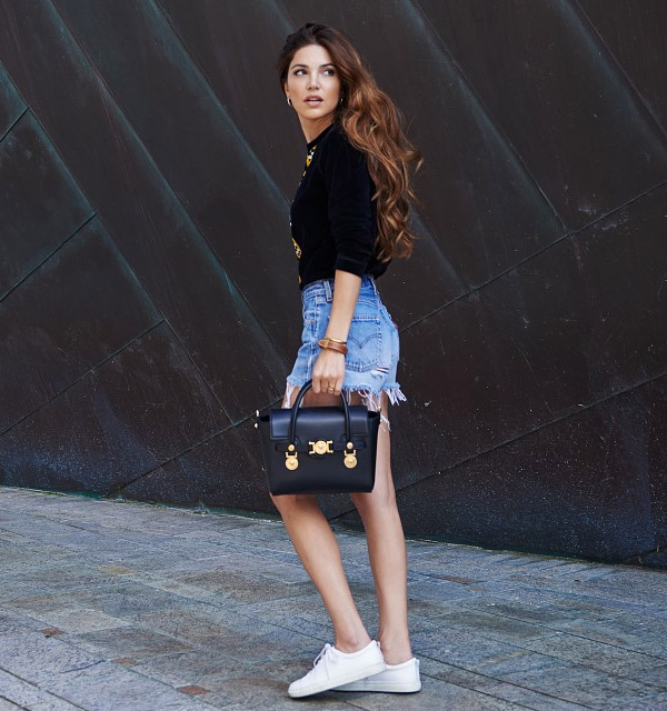 denim-shorts-white-sneaker-black-bag-street-style-casual