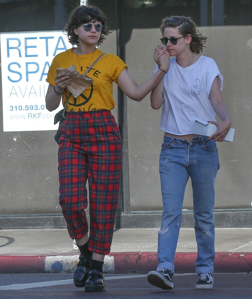 Exclusive... 52010834 Actress Kristen Stewart and girlfriend Soko were spotted grabbing food and running errands around Los Angeles, California on April 1, 2016.  Kristen's pants had a slight malfunction as the button appeared to have broke off. FameFlynet, Inc - Beverly Hills, CA, USA - +1 (310) 505-9876
