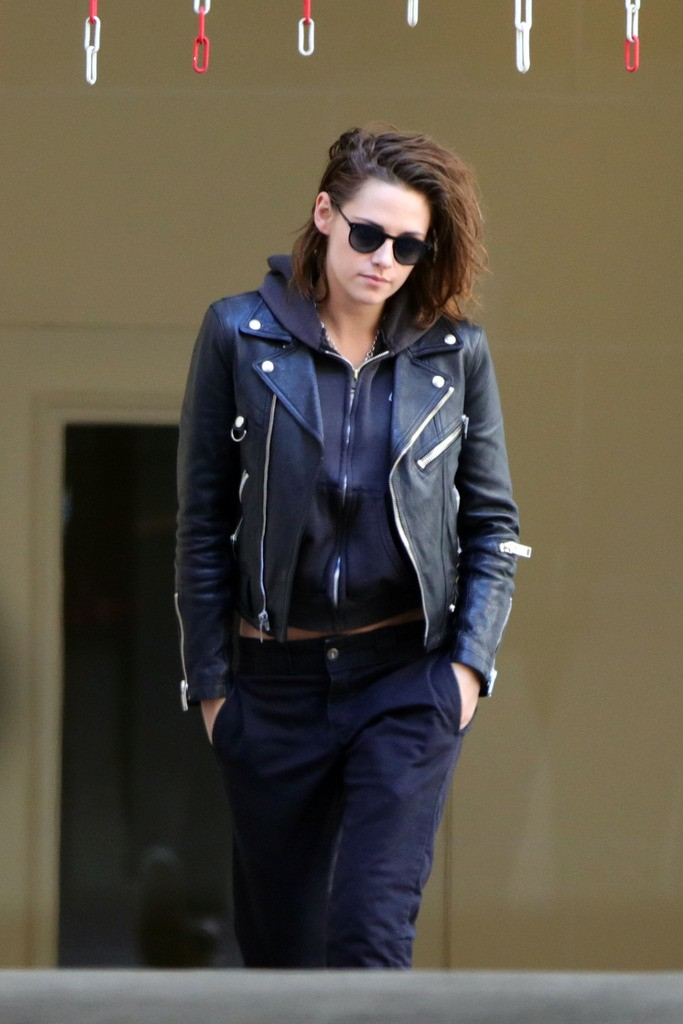 Actress kristen stewart and her rumored girlfriend singer Stephanie Sokolinski aka SoKo tried to dodge the paparazzi as they went to the dentist in Paris, France on March 17, 2016. Pictured: Kristen Stewart Ref: SPL1243711  170316   Picture by: Splash News Splash News and Pictures Los Angeles:310-821-2666 New York:212-619-2666 London:870-934-2666 photodesk@splashnews.com