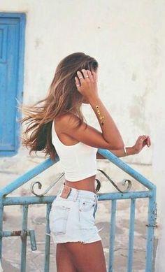 เสื้อยืดสีขาวกับบลูยีนส์