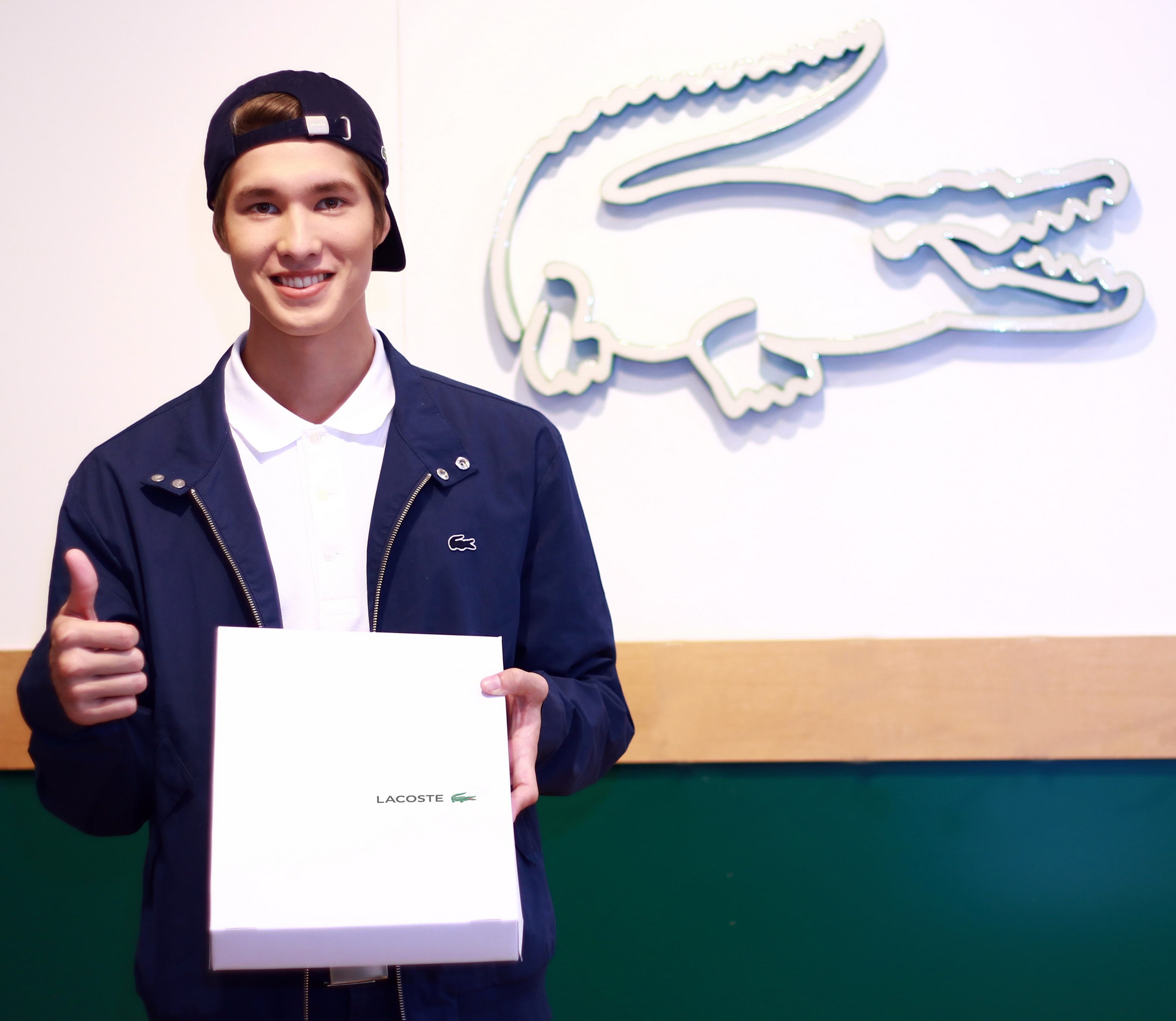 [Lacoste] A perfect gift... Delivery Man