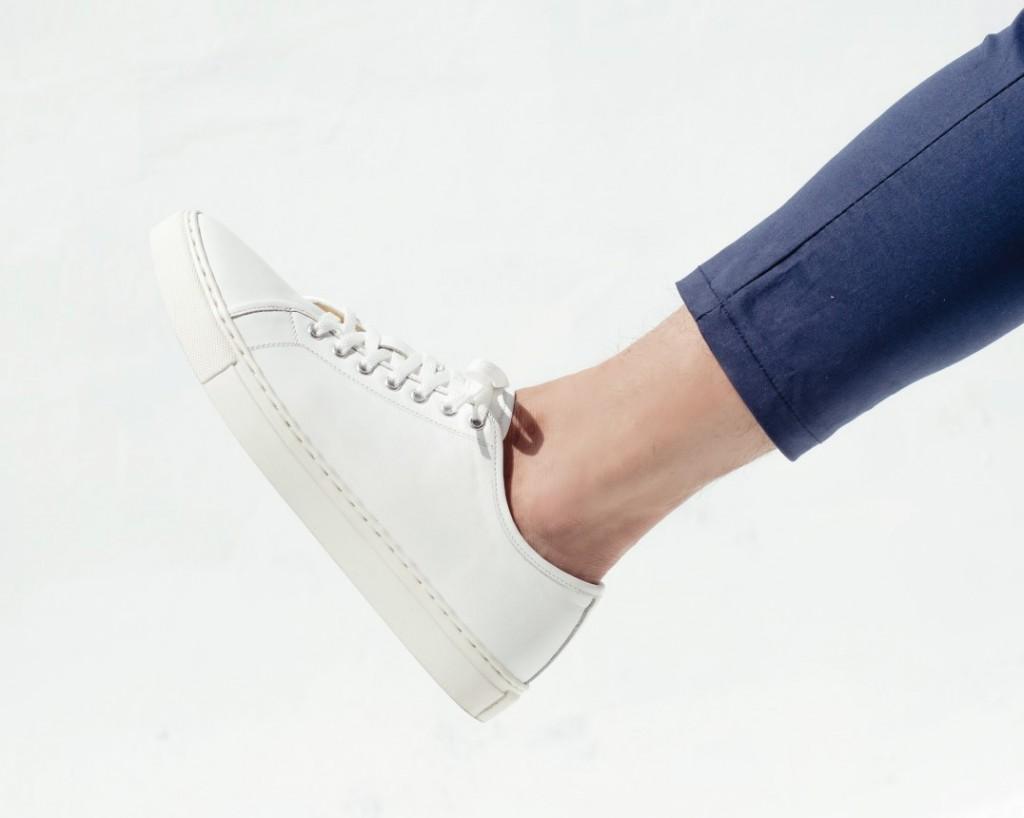 รองเท้าผู้ชายสีขาว