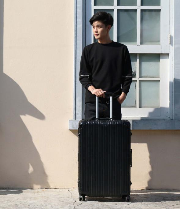 กระเป๋าลากสีดำ