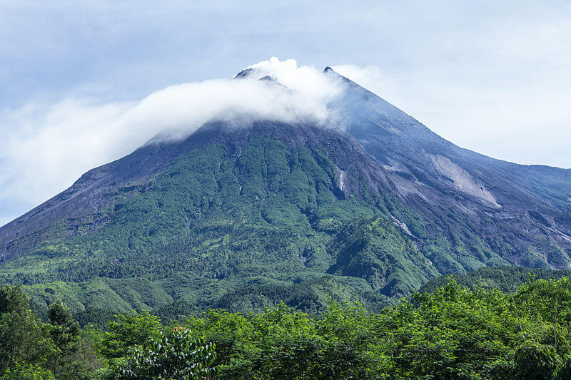 Gunung Merapi. Sumber: https://upload.wikimedia.org/wikipedia/commons/thumb/9/9d/Mount_Merapi_in_2014.jpg/800px-Mount_Merapi_in_2014.jpg