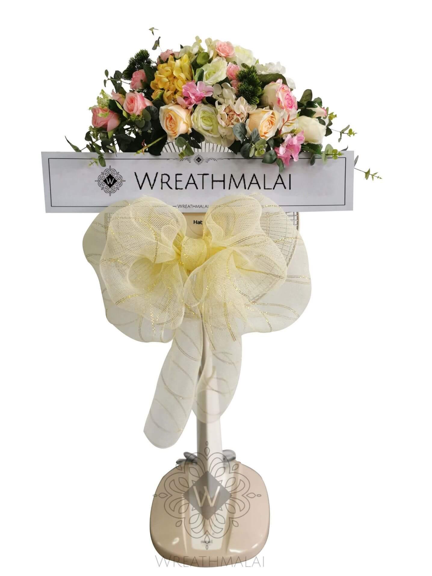 "WF019 พวงหรีด ""มณีจันทร์"" SHARP/HATARI 16 นิ้ว/18 นิ้ว เกลียวโบว์สีครีม และดอกไม้สีพาสเทลจัดช่อสวยงามด้านบน"