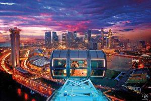 Kapsul Singapore Flyer di malam hari
