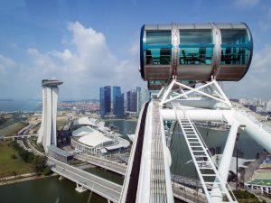 Kapsul Singapore Flyer di siang hari