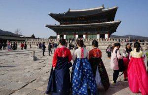 Pengunjung yang mengenakan Hanbok dikenakan tiket masuk gratis