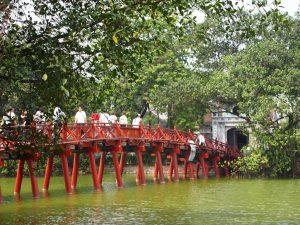 jembatan the huc menuju kuil