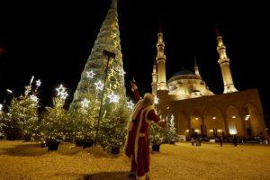 pohon-natal-raksasa-berdiri-di-depan-masjid-lebanon-LDW9tD2Pb7