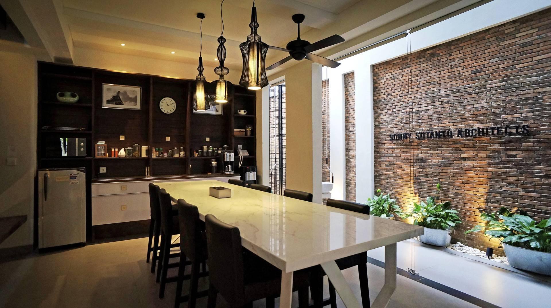 Ruang pantry di kantor arsitek sonny sutanto architects di for Arsitek di jakarta