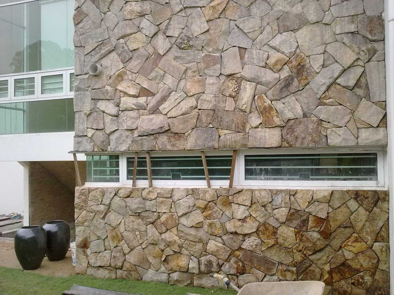 Batu alam pada dinding eksterior (Sumber: keywordsuggest.org)