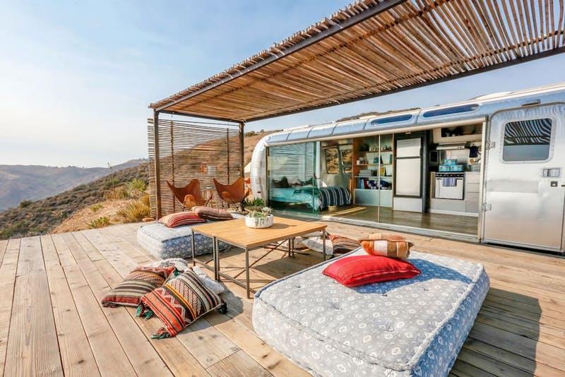 Desain ruang tamu tanpa kursi outdoor [Sumber: brit.co]