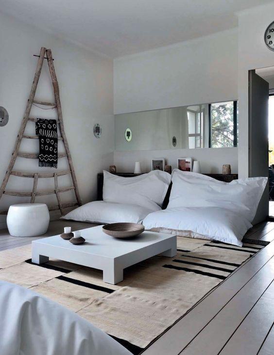 Desain ruang tamu tanpa kursi [Sumber: decoholic.org]