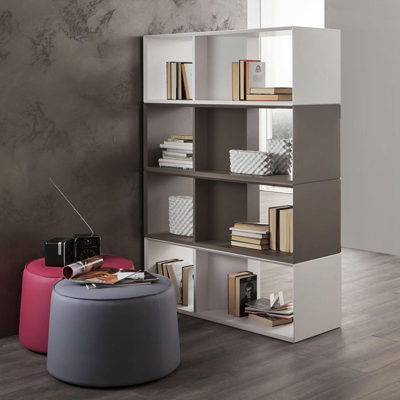 Penyekat rak buku dengan bangku untuk desain ruang tamu kecil [Sumber: sadhwanirealestate.com]