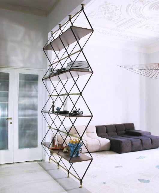 Penyekat rak buku dengan sofa lantai untuk desain ruang tamu kecil [Sumber: nightlife.ca]