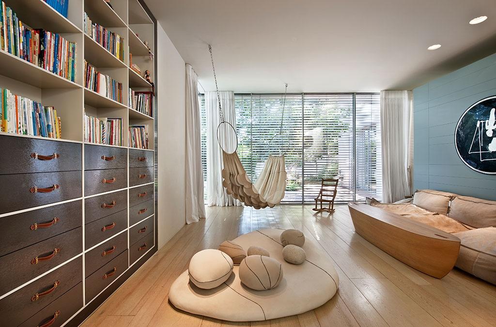 Dekorasi ruang tamu tanpa sofa bernuansa meditasi [Sumber: home-designing.com]