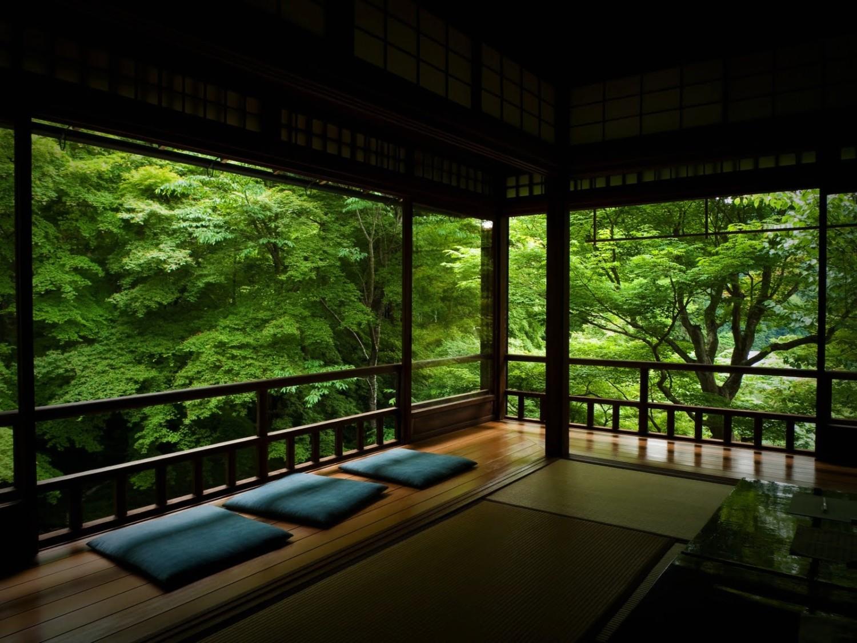 Dekorasi ruang tamu tanpa sofa dengan view bagus [Sumber: home-designing.com]
