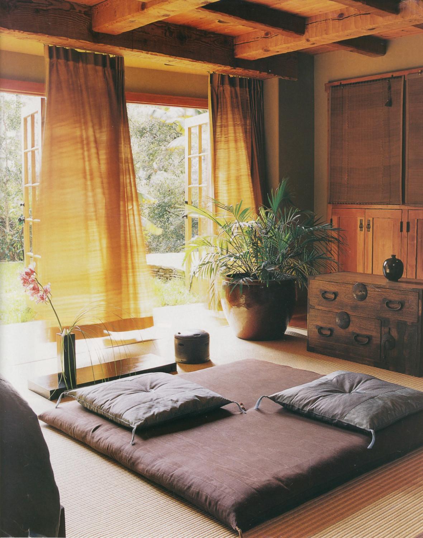 Desain ruang tamu tanpa kursi dengan view bagus [Sumber: homebnc.com]