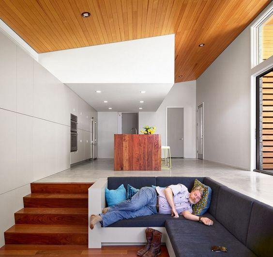 Dekorasi ruang tamu tanpa sofa dengan gaya sunken [Sumber: pinterest.com]