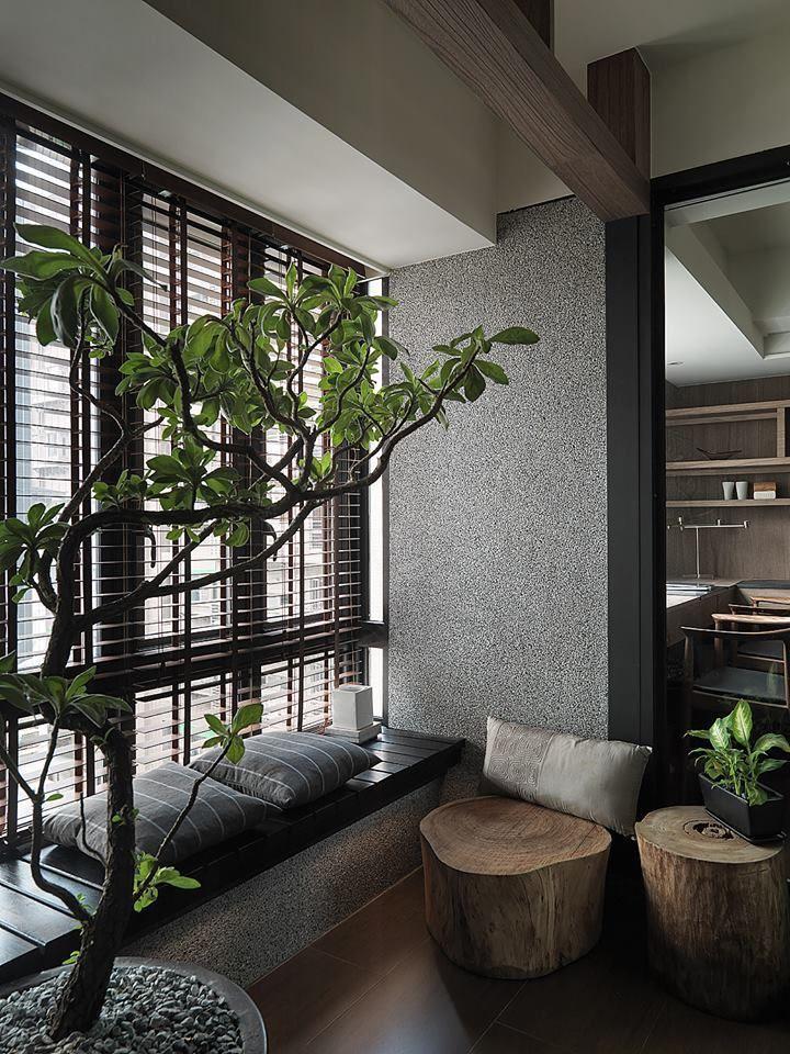 Ide desain ruang tamu tanpa kursi dengan windowseat [Sumber: sitehouse.net]