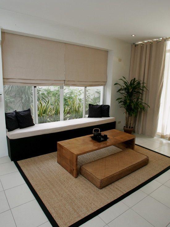 Desain ruang tamu tanpa kursi pada windowseat (Sumber: houzz.com)